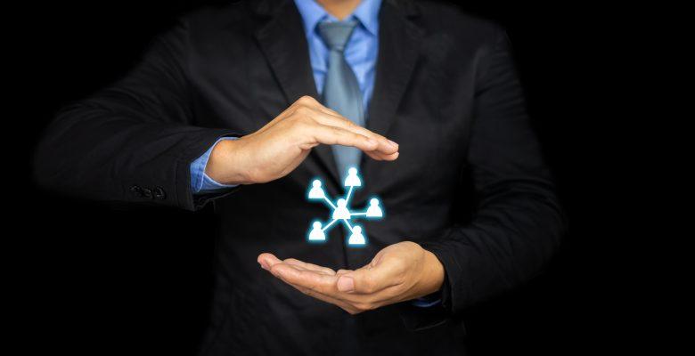 IA et RH homme tenant une organisation virtuelle entre les mains